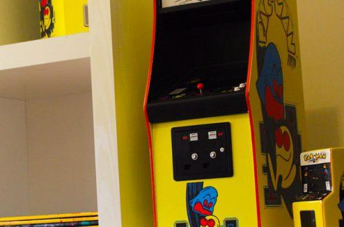 Появился 43-сантиметровый аркадный автомат с Pac-Man за 11 000 рублей. И на нём можно играть!