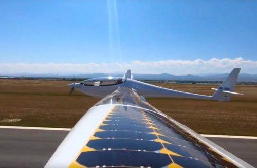 Самолет на солнечной энергии совершил свой первый полет