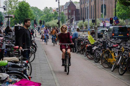В следующем году в Нидерландах велосипедистам во время движения запретят пользоваться телефонами