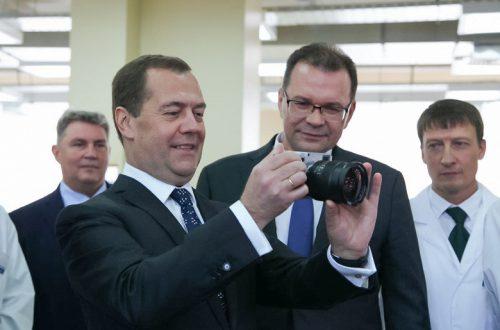 Медведев испытал новый фотоаппарат «Зенит», созданный совместно с Leica