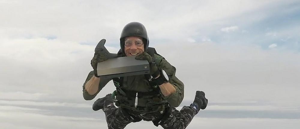 Экстремал выпрыгнул из самолета вместе с Xbox One, чтобы подарить консоль ветерану — видео