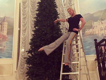 Праздник к нам приходит: звезды хвастаются елками в соцсетях