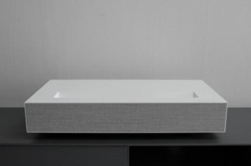"""Проектор LG CineBeam Laser 4K выводит изображение диагональю 120"""" с расстояния 18 см"""