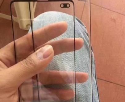 Живое фото защитного стекла для Samsung Galaxy S10+ подтверждает овальный вырез под камеру