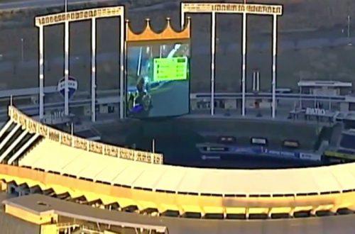 Фанаты сыграли в Mario Kart на огромном экране стадиона