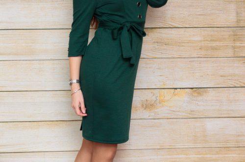 Зеленое платье с поясом и декоративными пуговицами