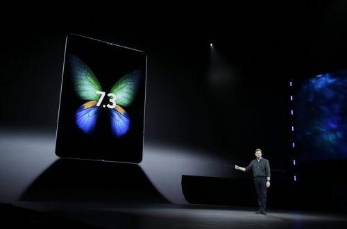 Складной смартфон Samsung Fold за $2000 высмеяли в соцсетях