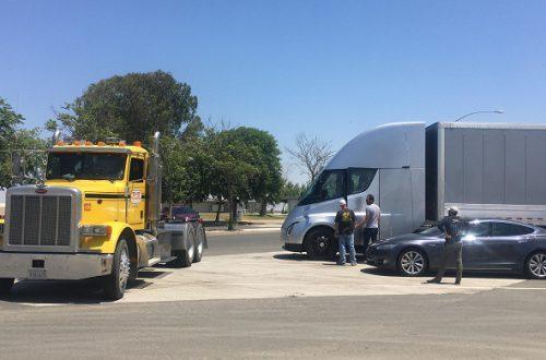 Производство электрических грузовиков Tesla Semi перенесено на следующий год
