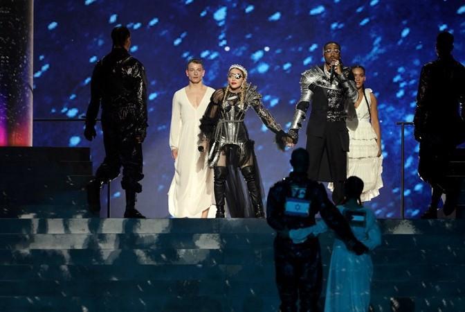 Больше не пригласят: Мадонну освистали на сцене «Евровидения» за политический подтекст в номере, который она скрывала на репетициях