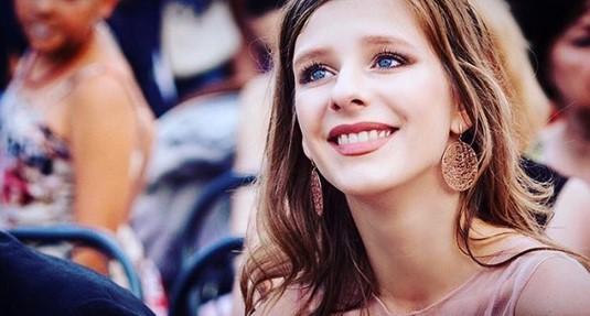 """Летящей походкой на красную дорожку: """"Папина дочка"""" Лиза Арзамасова в оригинальном образе спешит в Железноводск"""