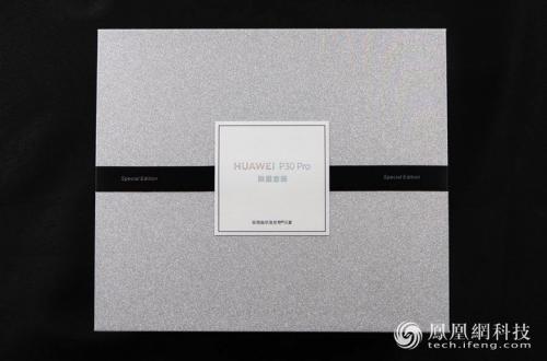 Смартфон Huawei P30 Pro Special Edition и его уникальный чехол красуются на качественных фото