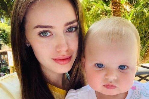 Анастасия Костенко и её годовалая дочь показались в оригинальных купальниках