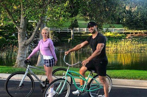Бритни Спирс весело проводит лето с молодым возлюбленным, танцуя в бикини у бассейна