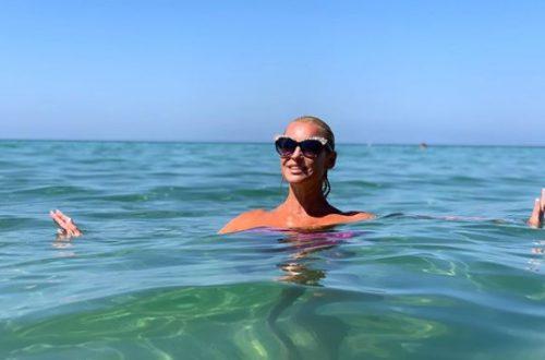 Анастасия Волочкова после отпуска в Греции похвасталась стройностью, загаром и... страшной травмой колена