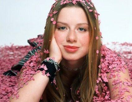 Юлия Савичева анонсировала новый альбом с песнями авторства её мужа и любимой артистки