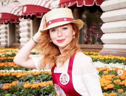 Девушка-мечта: 43-летняя Елена Захарова показала утончённую фигуру в ярком красном наряде