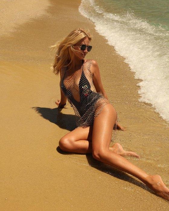Виктория Лопырева в купальнике с глубоким декольте заявила, что устала от комплиментов