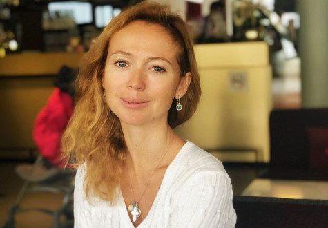 Елена Захарова грациозно пробежалась по берегу моря