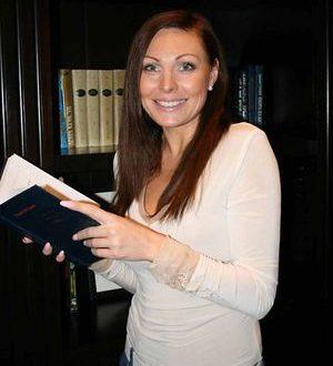 Наталья Бочкарева призывает не верить мошенникам, которые издали книгу от ее имени