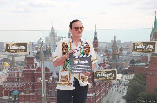 Квентин Тарантино в лёгкой летней рубашке покорил главную крышу Москвы (фоторепортаж)
