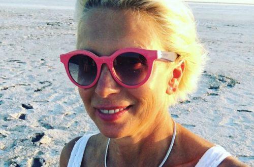57-летняя Алёна Свиридова показала стройную фигуру на пляже в бикини
