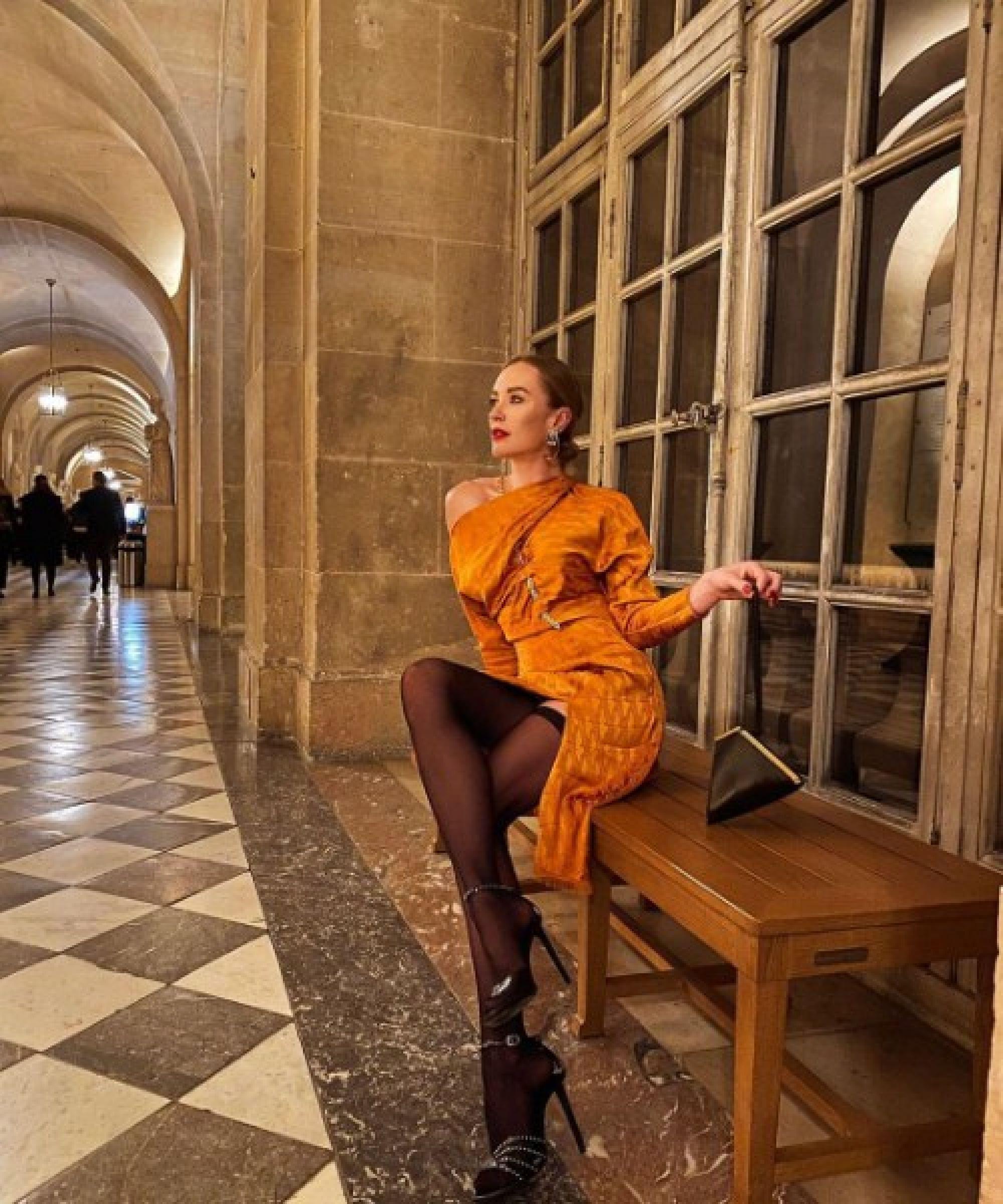 """Совершенно """"случайно"""": Наташа Давыдова поскользнулась в аэропорту, умилив своих поклонников"""