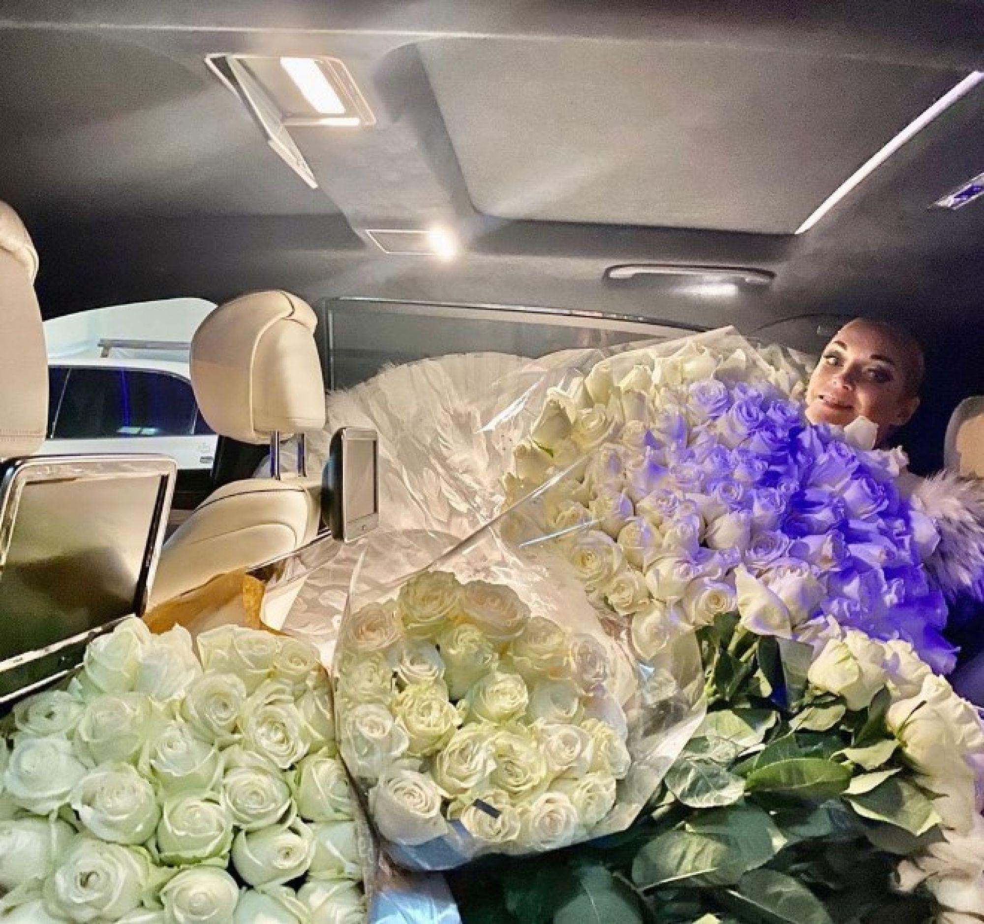 """""""Качает вовсю"""": Утопающую в белых розах Анастасию Волочкову снова обвинили в алкоголизме"""