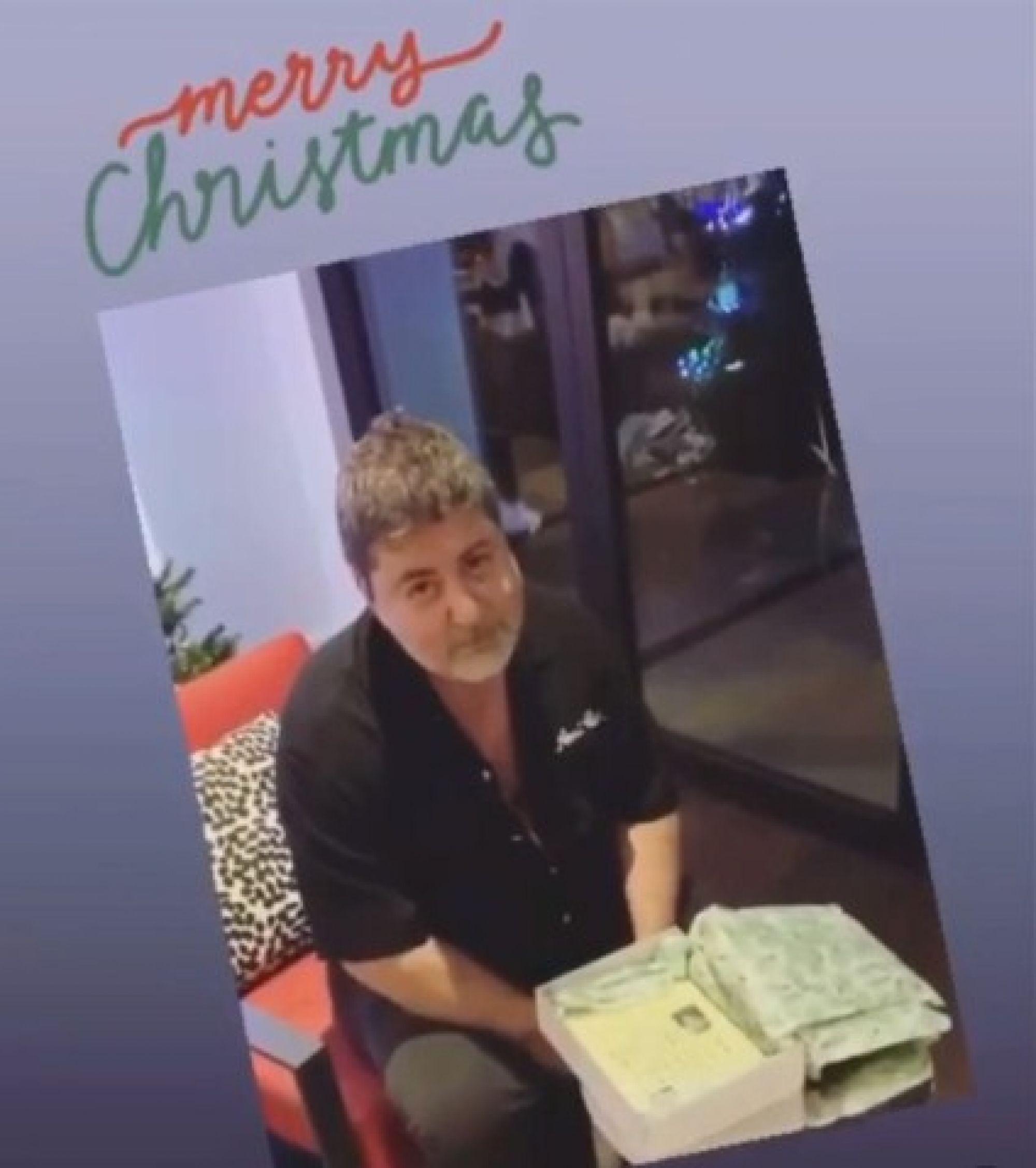 Всякий подарок лучше книги: Александр Цекало не обрадовался рождественскому подарку молодой жены