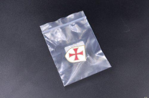 Значок с красным крестом   Фото-обзор