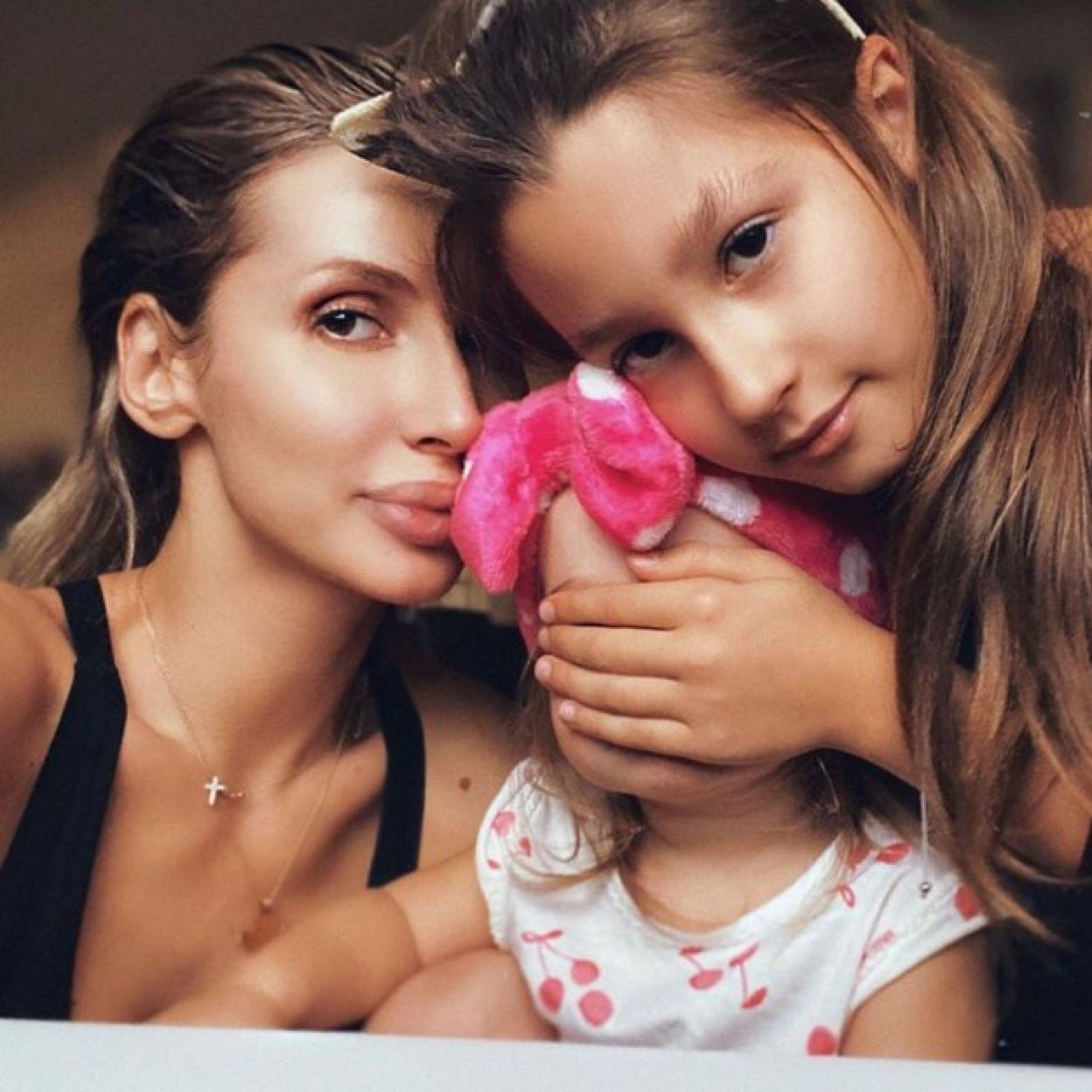 Светлана Лобода умилила поклонников фотографиями с дочерью во время просмотра советских фильмов