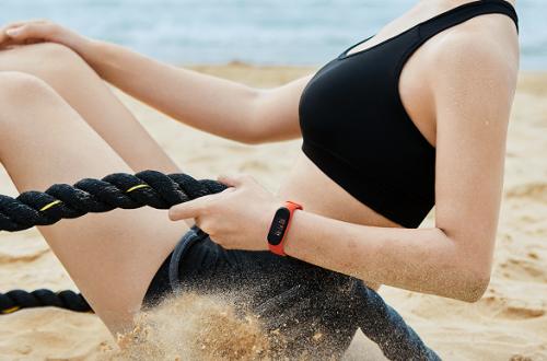 Россияне скупают дешевеющие умные часы и дорожающие фитнес-браслеты