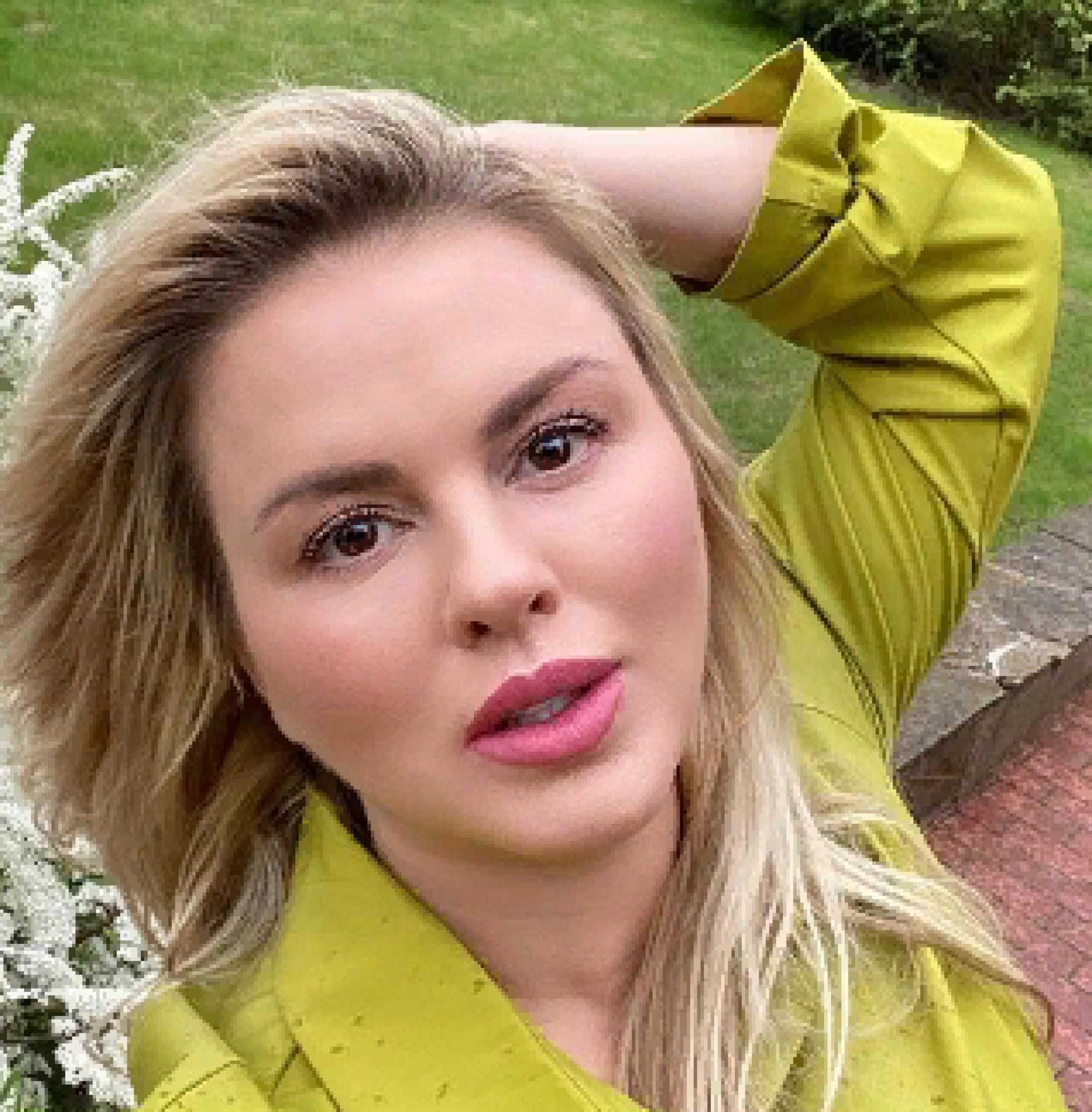 Анна Семенович показала с помощью архивных фотографий, как росла ее грудь