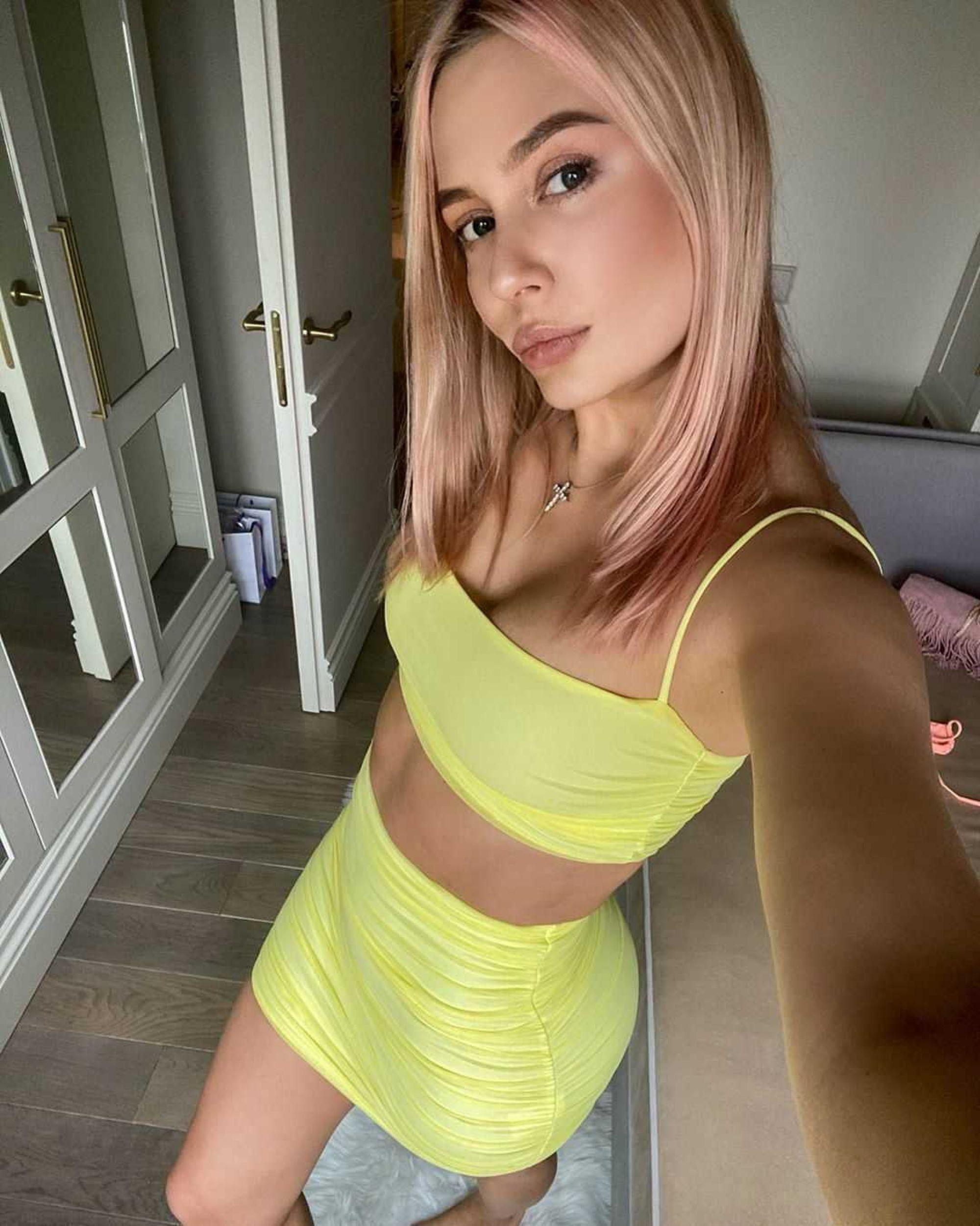 Наталья Рудова взволновала подписчиков красивой фигурой в алом бикини