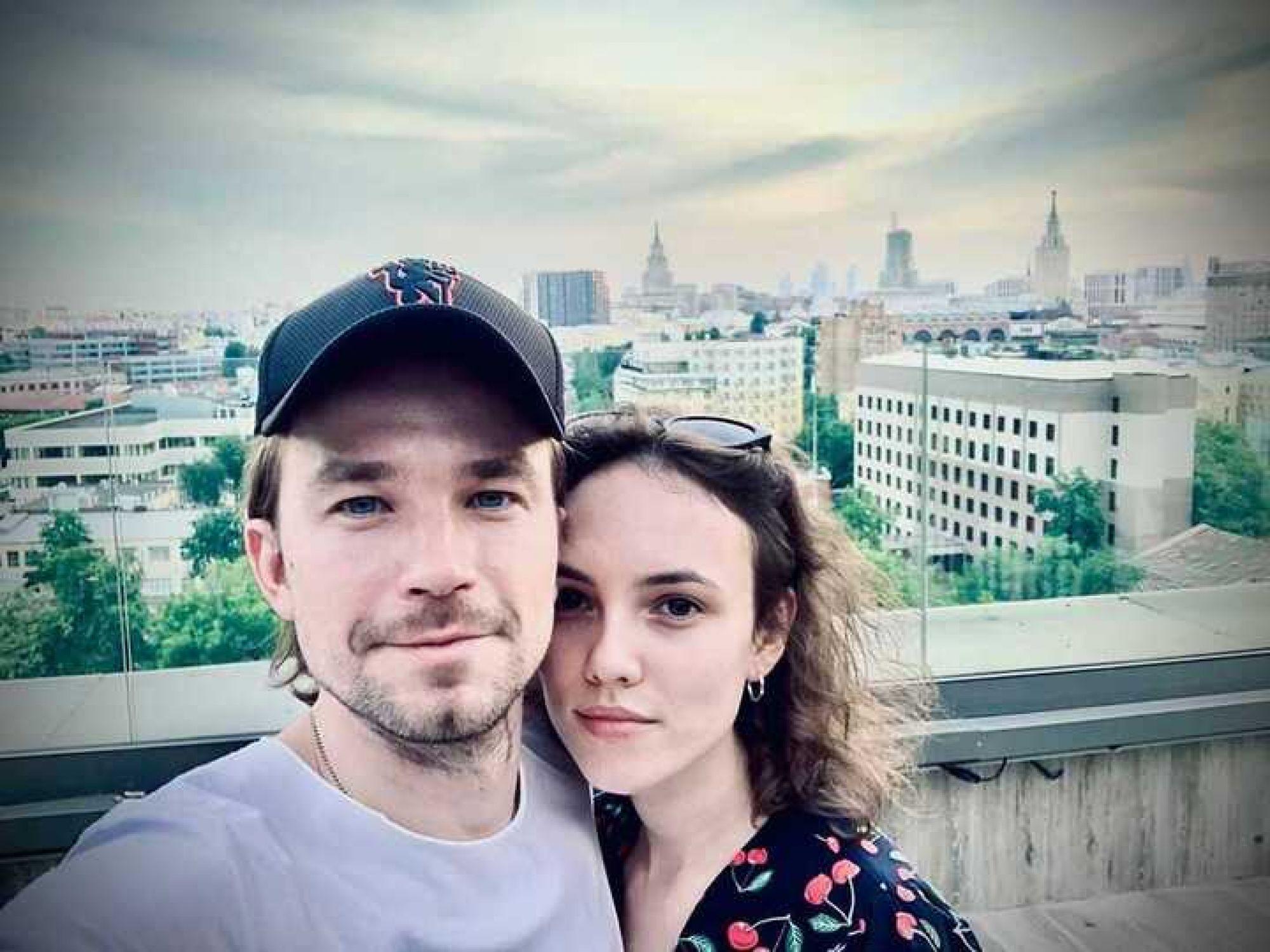 Александр Петров продолжает неустанно признаваться в любви Стасе Милославской