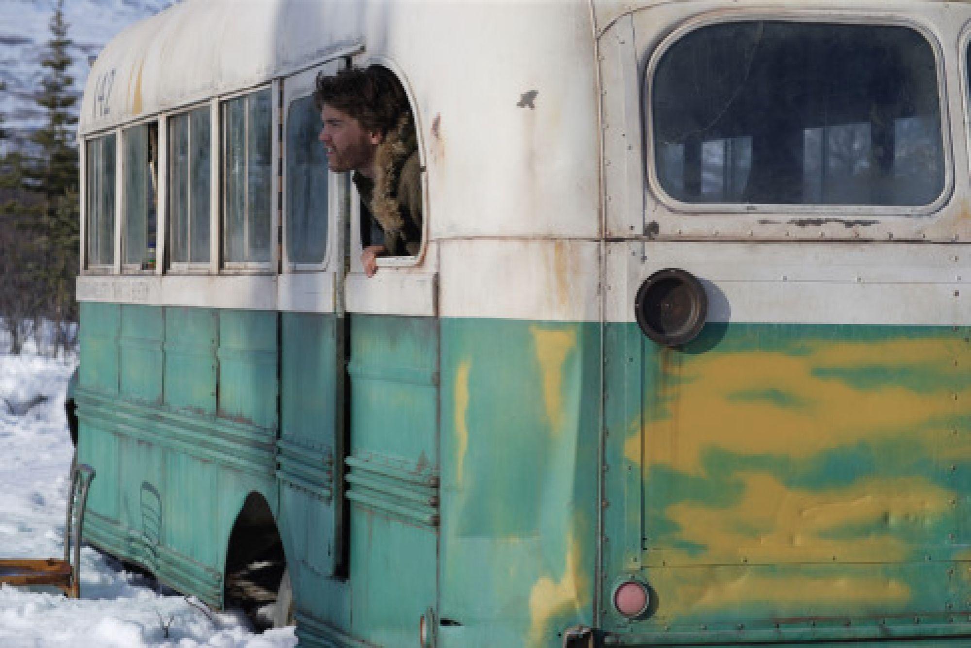Убрали на вертолете: На Аляске вывезли знаменитый автобус из фильма «В диких условиях»