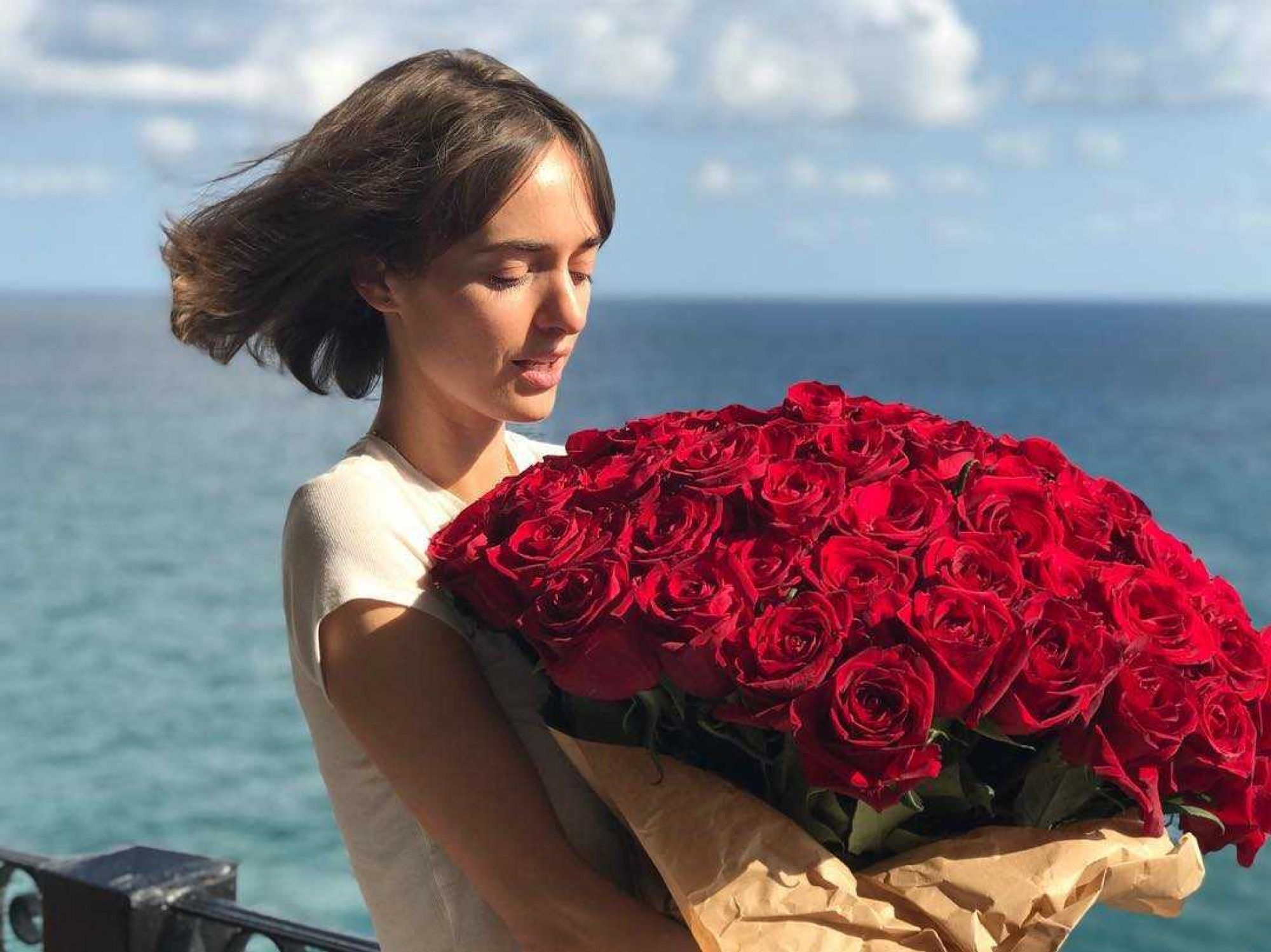 Ольга Зуева снялась у океана в экстремальном декольте