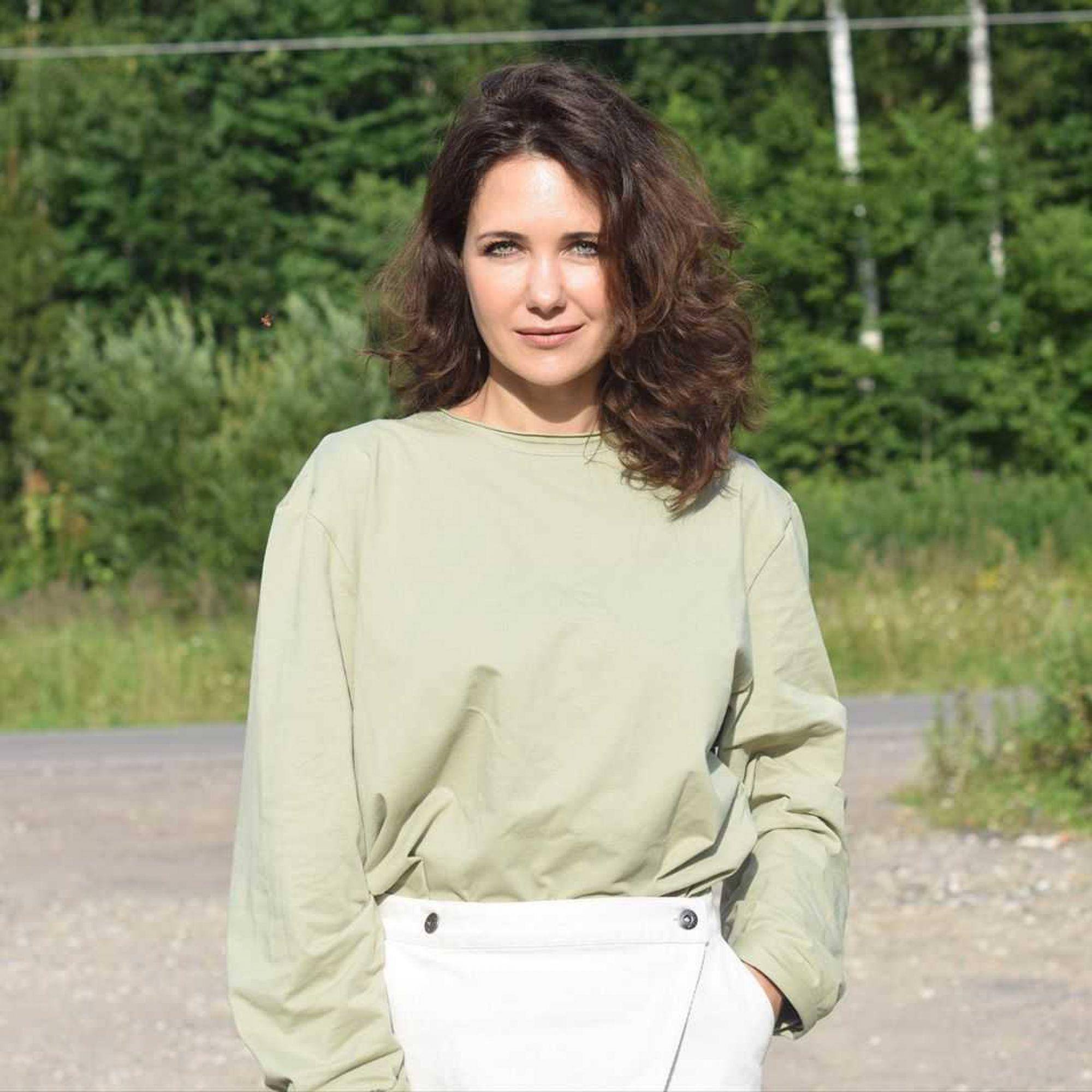 Екатерина Климова обнажила ноги и приняла пикантную позу ради фотосессии